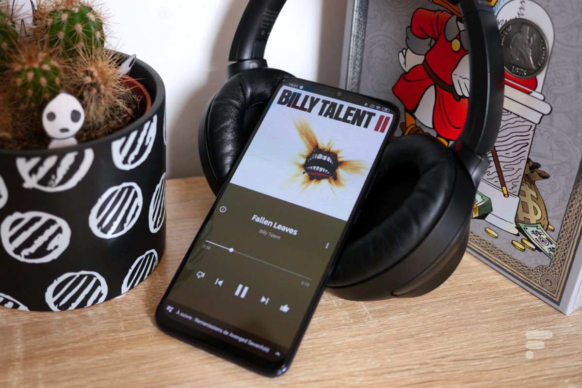 With headphones, the sound of Xiaomi Mi 10 Lite 5G is very good