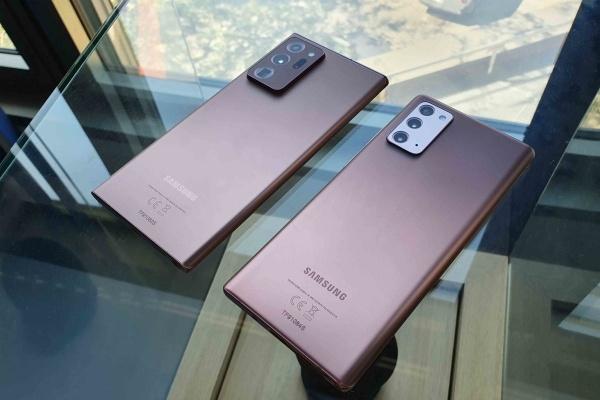 Samsung Galaxy Note 20 Ultra next to Galaxy Note 20