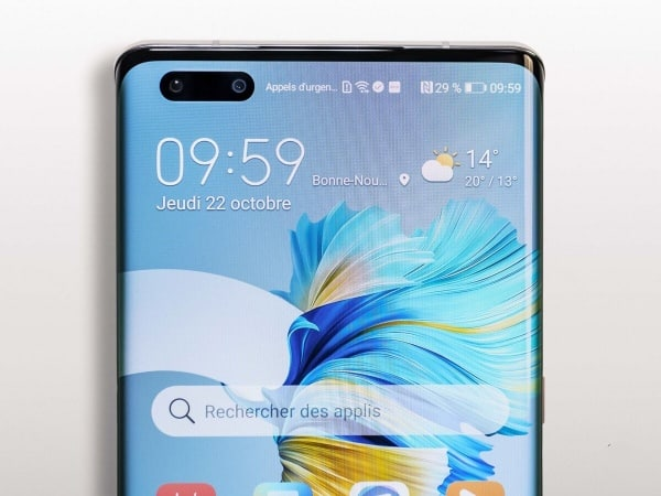 The pierced screen of the Huawei Mate 40 Pro