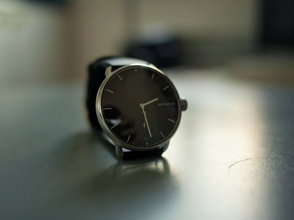 The 38 mm version of the Withings ScanWatch offers very thin borders